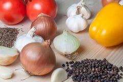 Φρέσκα λαχανικά και καρυκεύματα στον τέμνοντα πίνακα Στοκ Φωτογραφίες