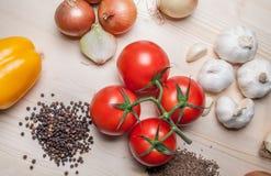 Φρέσκα λαχανικά και καρυκεύματα στον τέμνοντα πίνακα Στοκ φωτογραφία με δικαίωμα ελεύθερης χρήσης