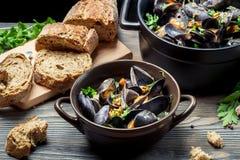 Φρέσκα λαχανικά και μύδια που προετοιμάζονται στο σπίτι Στοκ Εικόνα