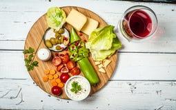 Φρέσκα λαχανικά και τυρί στον άσπρο αναδρομικό ξύλινο πίνακα στοκ φωτογραφία με δικαίωμα ελεύθερης χρήσης