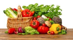 Φρέσκα λαχανικά και χορτάρια στο άσπρο υπόβαθρο στοκ φωτογραφίες