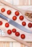 Φρέσκα λαχανικά - κεράσι και μαχαίρι ντοματών στον ξύλινο πίνακα στο επιτραπέζιο υπόβαθρο Τοπ όψη τρόφιμα έννοιας υγιή Στοκ Εικόνες