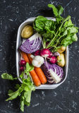 Φρέσκα λαχανικά - κόκκινο λάχανο, ραδίκια, καρότα, πατάτες, σκόρδο, κρεμμύδια σε ένα σκοτεινό υπόβαθρο πετρών Υγιής χορτοφάγος, δ Στοκ Φωτογραφίες