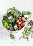 Φρέσκα λαχανικά - μπρόκολο, κολοκύθια, τεύτλα, πιπέρια, ντομάτες, πράσινα φασόλια, σκόρδο, βασιλικός σε ένα καλάθι μετάλλων σε έν Στοκ εικόνα με δικαίωμα ελεύθερης χρήσης
