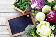 Φρέσκα λαχανικά σαλάτας στον πίνακα με τον πίνακα κιμωλίας Στοκ εικόνα με δικαίωμα ελεύθερης χρήσης