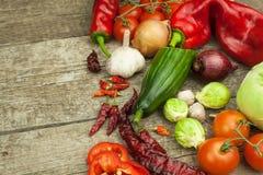 Φρέσκα λαχανικά σε έναν παλαιό ξύλινο πίνακα τρόφιμα που προετοιμάζο&upsil τρόφιμα σιτηρεσίου Πωλήσεις των λαχανικών Στοκ εικόνες με δικαίωμα ελεύθερης χρήσης