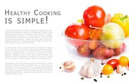 Φρέσκα λαχανικά σε ένα δοχείο γυαλιού που απομονώνεται στο άσπρο υπόβαθρο WI στοκ εικόνες