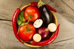Φρέσκα λαχανικά σε ξύλινο Το εικονίδιο για την υγιή κατανάλωση, διατροφές, απώλεια βάρους Στοκ Φωτογραφίες