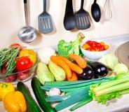 Φρέσκα λαχανικά στην κουζίνα στοκ εικόνες