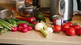 Φρέσκα λαχανικά στην κουζίνα απόθεμα βίντεο