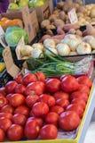 Φρέσκα λαχανικά στην τοπική αγορά αγροτών Στοκ Εικόνες