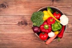 Φρέσκα λαχανικά στον ξύλινο δίσκο στο αγροτικό υπόβαθρο Στοκ Εικόνα