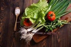 Φρέσκα λαχανικά στον πίνακα κουζινών αγροτικός Στοκ Φωτογραφία