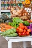 Φρέσκα λαχανικά στον πίνακα στοκ φωτογραφία με δικαίωμα ελεύθερης χρήσης