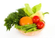 Φρέσκα λαχανικά στο καλάθι που απομονώνεται πέρα από το λευκό στοκ εικόνες