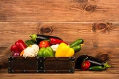 Φρέσκα λαχανικά στο ξύλινο κιβώτιο στο αγροτικό υπόβαθρο Στοκ φωτογραφία με δικαίωμα ελεύθερης χρήσης