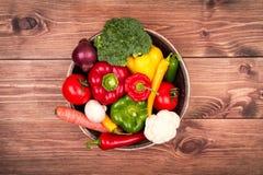 Φρέσκα λαχανικά στο ξύλινο κιβώτιο στο αγροτικό υπόβαθρο Στοκ εικόνα με δικαίωμα ελεύθερης χρήσης
