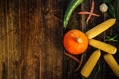 Φρέσκα λαχανικά στο ξύλινο υπόβαθρο Στοκ Φωτογραφίες