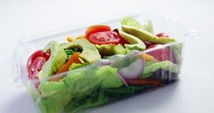 Φρέσκα λαχανικά στο πλαστικό εμπορευματοκιβώτιο απόθεμα βίντεο