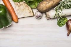 Φρέσκα λαχανικά φθινοπώρου και φρέσκα χορτάρια στο λευκό αγροτικό ξύλινο οικότροφο άποψης υποβάθρου τοπ Στοκ Εικόνα