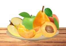 Φρέσκα βερίκοκο, ροδάκινο, μήλο και αχλάδι στο ξύλινο πιάτο που απομονώνεται επάνω Στοκ φωτογραφία με δικαίωμα ελεύθερης χρήσης