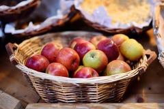 Φρέσκα βιο μήλα στο καλάθι αχύρου στην αγορά αγροτών στο Στρασβούργο, Γαλλία Στοκ Εικόνες
