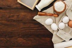 Φρέσκα γάλα, αυγά και αλεύρι πέρα από το ξύλινο υπόβαθρο στοκ εικόνα με δικαίωμα ελεύθερης χρήσης