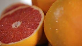 Φρέσκα γκρέιπφρουτ στο πιάτο, έτοιμος πίνακας γενεθλίων με την κινηματογράφηση σε πρώτο πλάνο φρούτων απόθεμα βίντεο