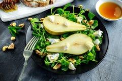 Φρέσκα γλυκά σαλάτα και bruschetta αχλαδιών με το τυρί εξοχικών σπιτιών, ξύλο καρυδιάς στο λευκό πίνακα Στοκ εικόνες με δικαίωμα ελεύθερης χρήσης