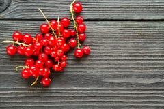 Φρέσκα γλυκά redcurrants στο ξύλινο υπόβαθρο Στοκ Εικόνες
