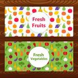 Φρέσκα εμβλήματα Ιστού φρούτων και λαχανικών στην ξύλινη σύσταση Στοκ Εικόνες