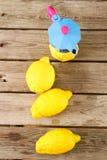 Φρέσκα λεμόνια σε έναν ξύλινο πίνακα Στοκ εικόνες με δικαίωμα ελεύθερης χρήσης