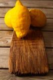Φρέσκα λεμόνια σε έναν ξύλινο πίνακα Στοκ Εικόνες
