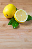 Φρέσκα λεμόνια σε έναν πίνακα στοκ εικόνες