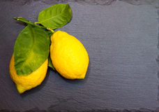 Φρέσκα λεμόνια στην πλάκα στοκ φωτογραφίες