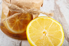Φρέσκα λεμόνι και μέλι στον ξύλινο πίνακα, τα υγιή τρόφιμα και τη διατροφή Στοκ εικόνες με δικαίωμα ελεύθερης χρήσης