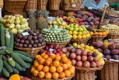 Φρέσκα εξωτικά φρούτα στο DOS Lavradores Mercado Φουνκάλ Μαδέρα στοκ εικόνες
