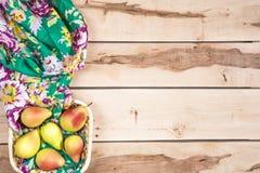 Φρέσκα εποχιακά αχλάδια στο ξύλινο backround Στοκ Φωτογραφίες