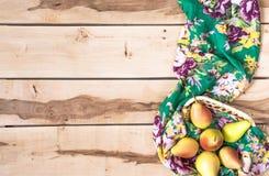 Φρέσκα εποχιακά αχλάδια στο ξύλινο backround Στοκ Φωτογραφία