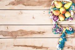 Φρέσκα εποχιακά αχλάδια στο ξύλινο backround Στοκ Εικόνες