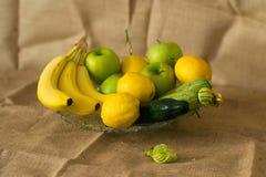 Φρέσκα λεπτομερή φρούτα - λεμόνι, κολοκύθια, αγγούρι, μήλα και μπανάνες στοκ εικόνες