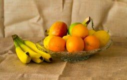 Φρέσκα λεπτομερή φρούτα - λεμόνι, πορτοκάλι και μπανάνες στοκ εικόνες