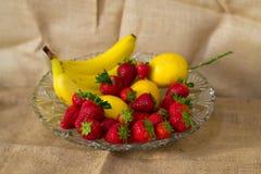 Φρέσκα λεπτομερή φρούτα - μπανάνες, λεμόνι, φράουλες στοκ εικόνες