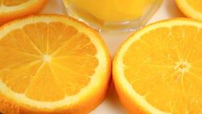Φρέσκα εσπεριδοειδή Περιστραφείτε τις βιντεοσκοπημένες εικόνες της έννοιας υγιεινών τροφίμων και μιας διατροφής Χυμός από πορτοκά απόθεμα βίντεο
