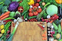 Φρέσκα ζωηρόχρωμα λαχανικά με τον τεμαχίζοντας πίνακα Στοκ φωτογραφίες με δικαίωμα ελεύθερης χρήσης