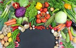 Φρέσκα ζωηρόχρωμα λαχανικά με το μαύρο διάστημα κειμένων Στοκ φωτογραφία με δικαίωμα ελεύθερης χρήσης