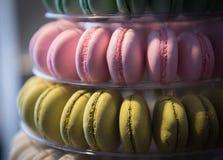 Φρέσκα ζωηρόχρωμα εύγευστα γλυκά macaron στοκ φωτογραφίες