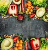 Φρέσκα ζωηρόχρωμα συστατικά λαχανικών για το νόστιμο vegan και υγιές μαγείρεμα ή σαλάτα που κάνει στο αγροτικό υπόβαθρο, τοπ άποψ