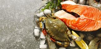 Φρέσκα θαλασσινά: μπριζόλα, καβούρια και γαρίδες σολομών στο υπόβαθρο πετρών Στοκ φωτογραφίες με δικαίωμα ελεύθερης χρήσης