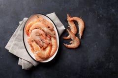 Φρέσκα θαλασσινά στον πίνακα πετρών γαρίδες Στοκ Εικόνα